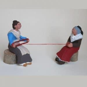 Femmes à la pelote et à l'écheveau santons arlatenco